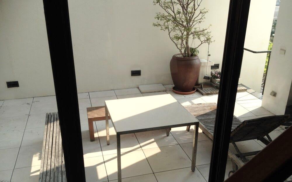 現代單伸手照片: 陽台