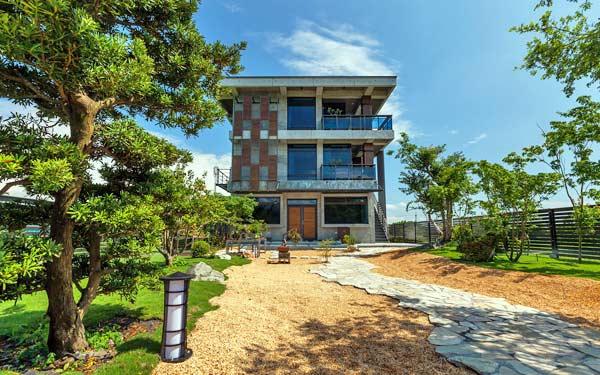 鄰近宜蘭梅花湖畔,以現代建築、日式禪風與中國樹藝,交會編織出獨特的居宿空間!