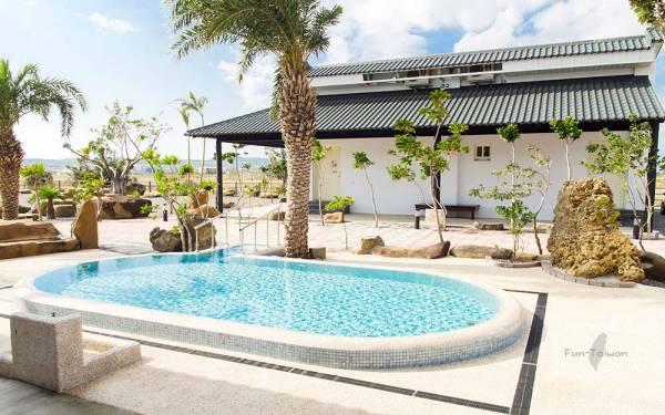 獨棟別墅,私人庭院綠地,專屬戲水泳池及停車場,大自然包圍,隱私度高,讓旅客住宿期間盡情放鬆享受。