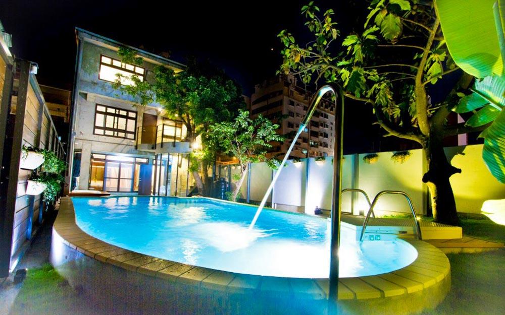 位於花蓮市金三角市中心,黃金級綠建築、獨棟泳池檜木別墅~