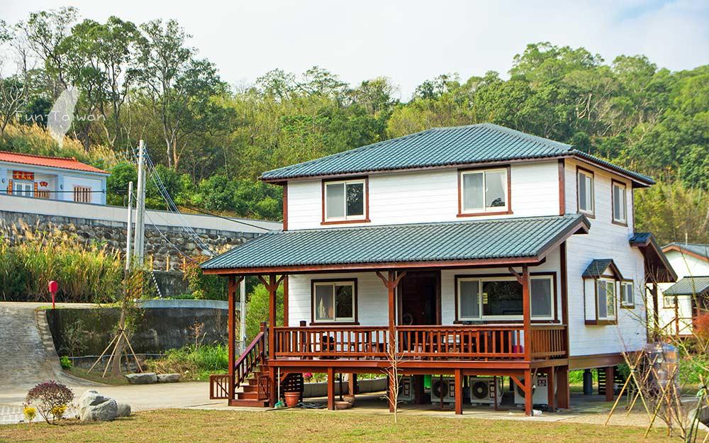 獨棟小木屋散發自然木材香味,採光通風良好,衛浴寬敞,房間簡潔舒適