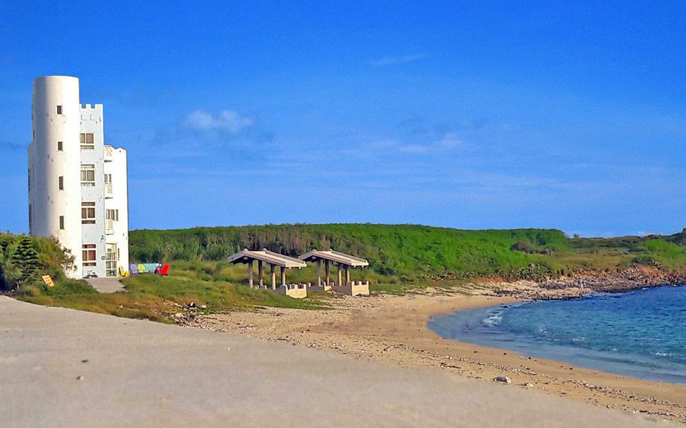門口即是漂亮的沙灘,走幾步路就可踏浪玩水,晚上漫步沙灘或可帶著頭燈在潮間帶撿拾貝類