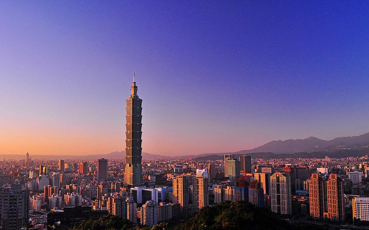 http://www.fun-taiwan.com/travel-tip/images/taipei/photo-gallery/%E5%8F%B0%E5%8C%97101(by-%E8%A8%B1%E5%82%91).jpg